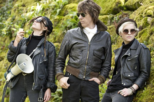 Jeff Beck et ses deux nouvelles copines, Rosie Bones et Carmen Vandenberg.